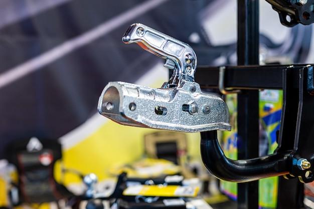 Novo e brilhante engate de reboque ou barra de reboque em loja de acessórios para automóveis