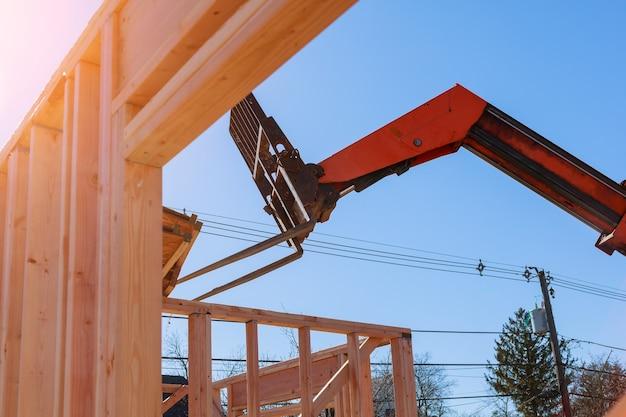 Novo edifício residencial em construção com o guindaste