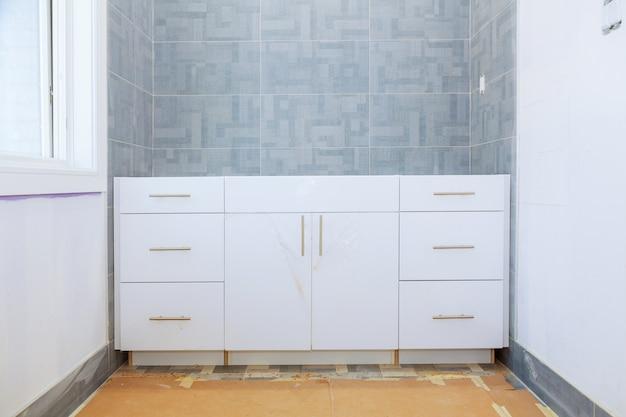 Novo em construção interior de casa de banho com drywall e remendando