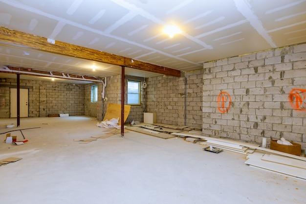 Novo enquadramento de construção residencial com vista inacabada do subsolo