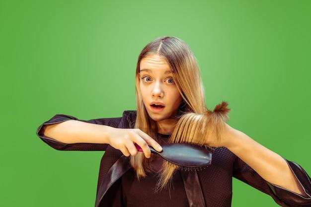 Novo estilo. menina adolescente sonhando com a profissão de maquiador. conceito de infância, planejamento, educação e sonho. quer se tornar um funcionário de sucesso na indústria da moda e estilo, artista de penteado.