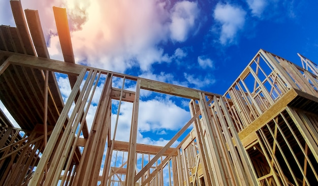 Novo feixe construção casa enquadramento sobre o céu azul