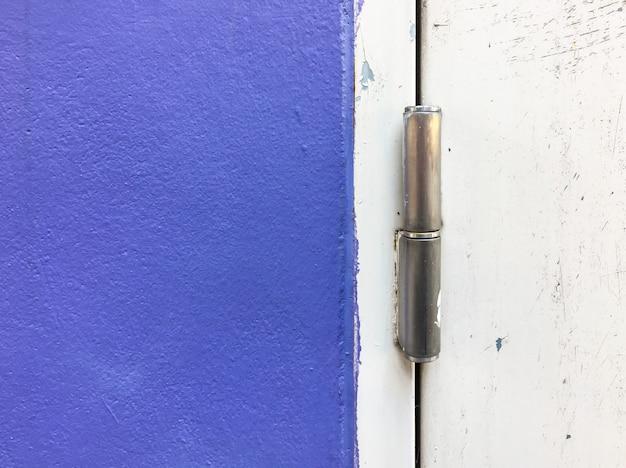 Novo ferrolho de metal na porta de aço.