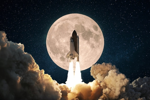 Novo foguete espacial com fumaça e nuvens decola para o céu com lua cheia. decolagem da nave espacial. conceito de lançamento de missão espacial.