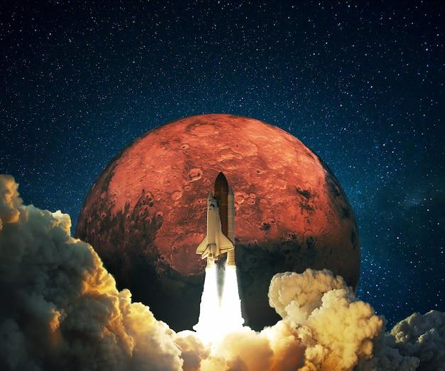 Novo foguete espacial lançado com sucesso no espaço com nuvens de fumaça para o planeta vermelho marte. a nave espacial decola em uma missão espacial em um fundo de espaço profundo e planeta vermelho, conceito