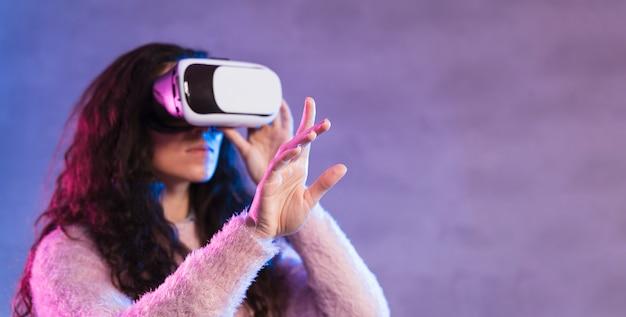 Novo fone de ouvido de realidade virtual de tecnologia lateralmente