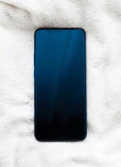 Novo modelo de telefone móvel em maquete de flatlay de smartphone de fundo branco fofo como modelo de aplicativo e farelo ...