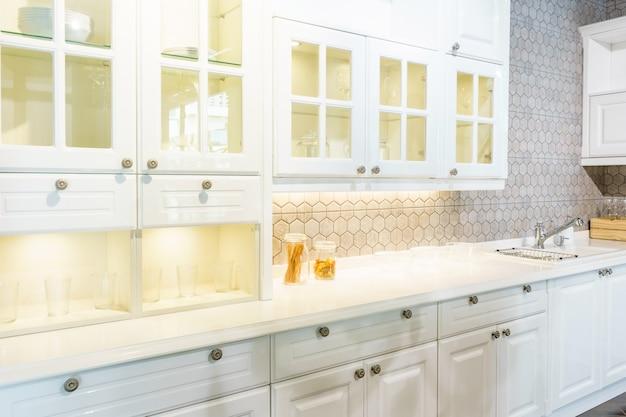 Novo moderno, brilhante, limpo, interior de cozinha com utensílios de aço inoxidável em uma casa de luxo