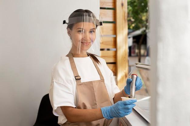 Novo normal para empresas com protetor facial