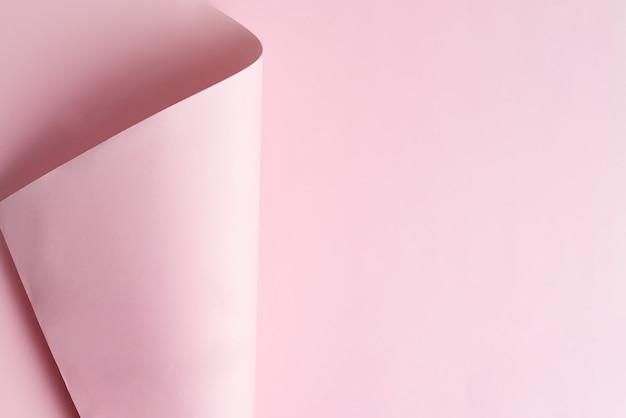 Novo papel rosa curvado. vista do topo.