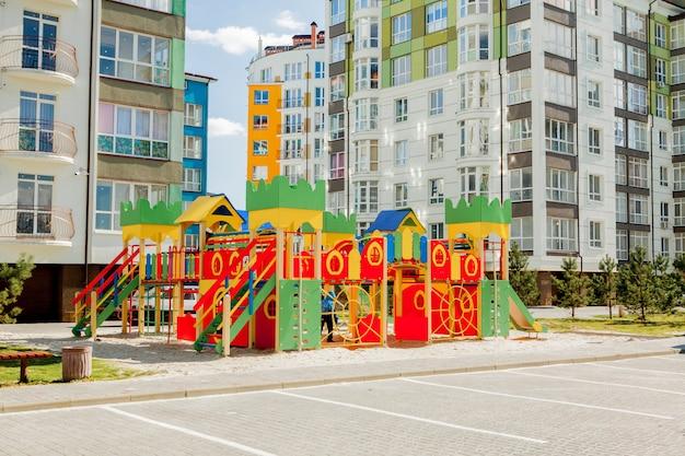 Novo parquinho infantil perto de um prédio de apartamentos