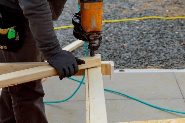 Novo pátio com deck de madeira moderno