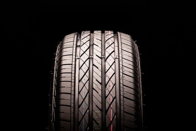 Novo pneu de verão para suvs e crossovers em um espaço preto