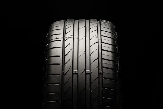 Novo pneu esportivo moderno em um espaço preto
