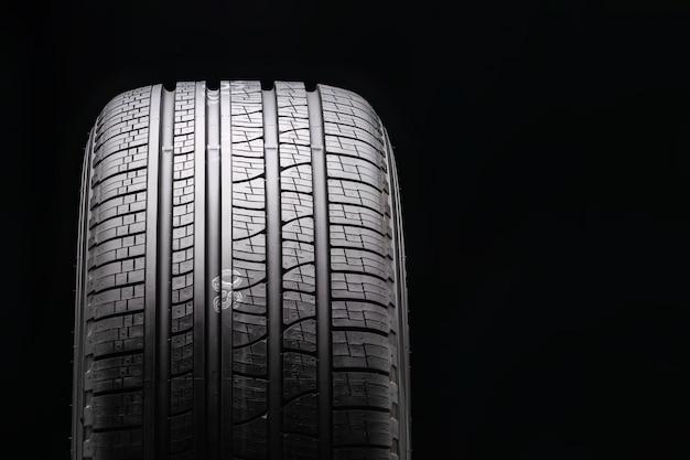 Novo pneu premium para todas as estações em preto. protetor de close-up. vista frontal. copyspace