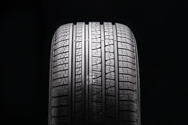 Novo pneu premium para todas as estações em preto. protetor de close-up. vista frontal.
