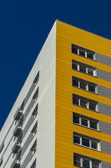 Novo prédio residencial amarelo de vários andares
