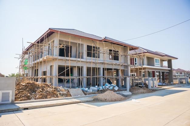 Novo prédio residencial de estilo contemporâneo em andamento no canteiro de obras com céu azul