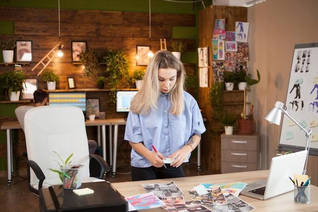 Novo próximo estilista de moda feminina trabalhando em seu escritório criativo.