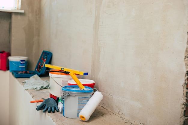 Novo reparo de apartamento com reparo de parede e escadas. casa de reforma ou casa no centro. dispositivos e ferramentas para renovação