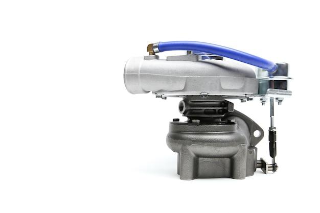 Novo turbocompressor isolado no fundo branco