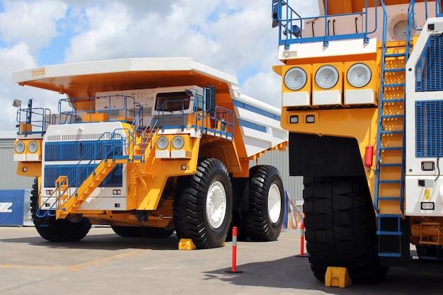 Novos caminhões basculantes em um dia ensolarado