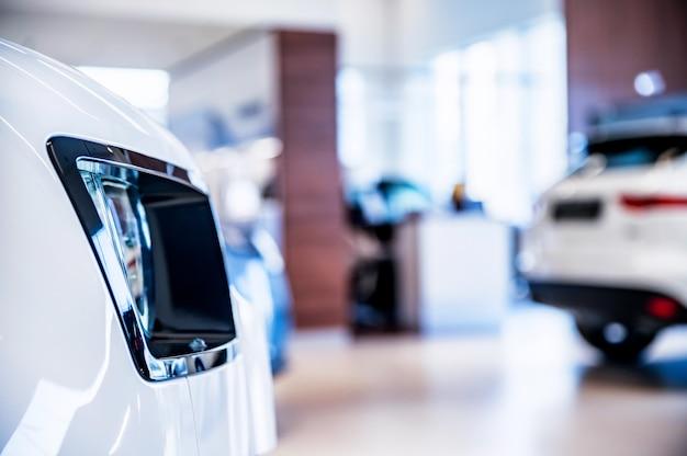 Novos carros no showroom da concessionária fundo desfocado