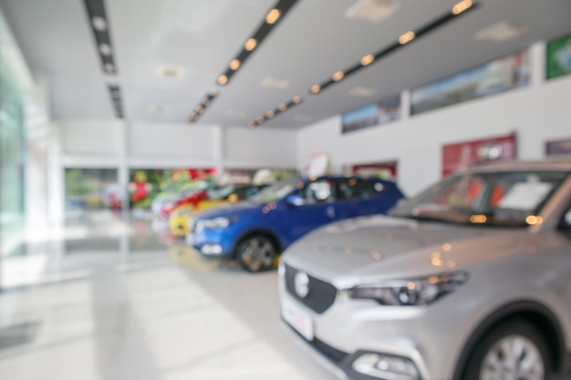 Novos carros no showroom desfocados fundo desfocado
