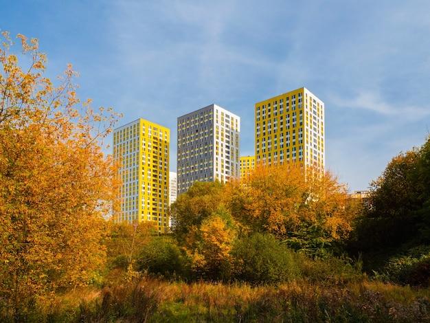 Novos edifícios bonitos e modernos no outono. um novo bairro residencial no norte de moscou.