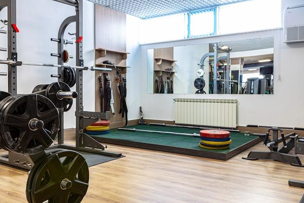 Novos equipamentos esportivos em uma academia, ninguém