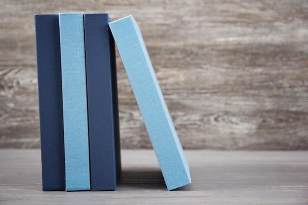 Novos livros na mesa de madeira