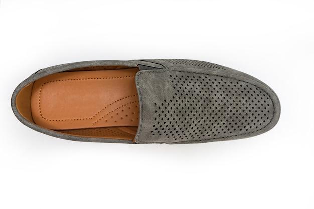 Novos mocassins de veludo cinza isolados em fundo branco sapatos masculinos