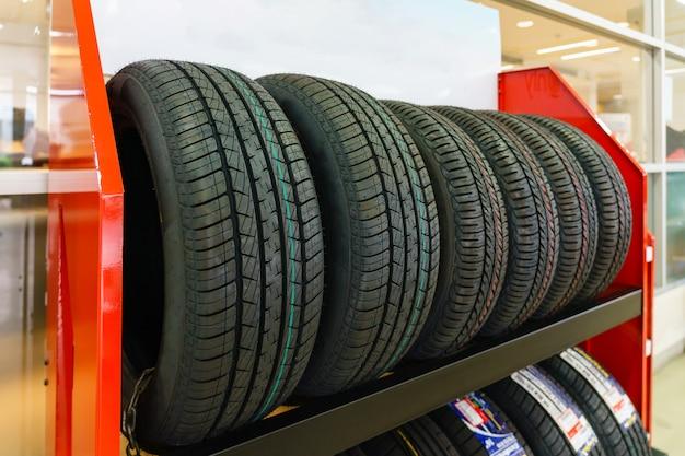 Novos pneus para venda em uma loja de pneus