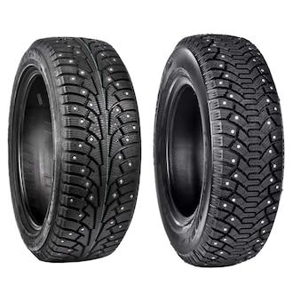 Novos pneus pretos para carro de inverno dirigindo isolado