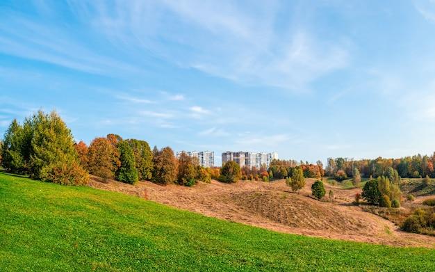 Novos prédios em uma colina verde nos arredores de moscou. bela vista da paisagem. rússia.