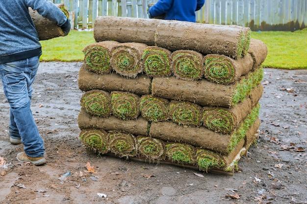 Novos rolos de relva fresca, prontos para serem usados na jardinagem