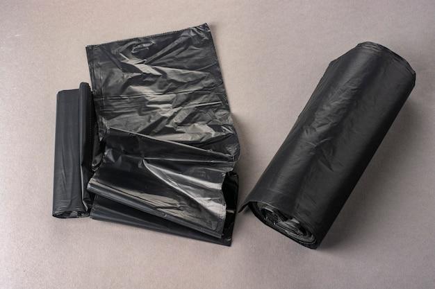 Novos sacos de lixo pretos.