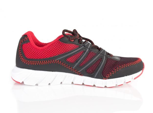 Novos sapatos esporte vermelho e preto, isolados no branco