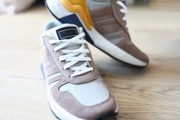 Novos tênis de pé no chão