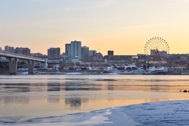 Novosibirsk no ob na manhã de primavera, uma cidade às margens do rio ob, gelo na margem