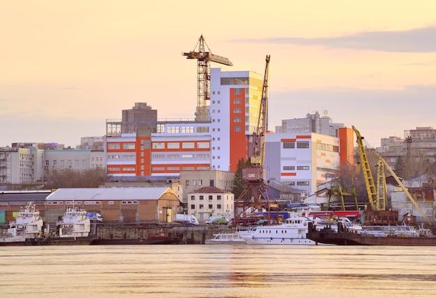 Novosibirsk siberia russia05032021 manhã no porto fluvial ob com guindastes