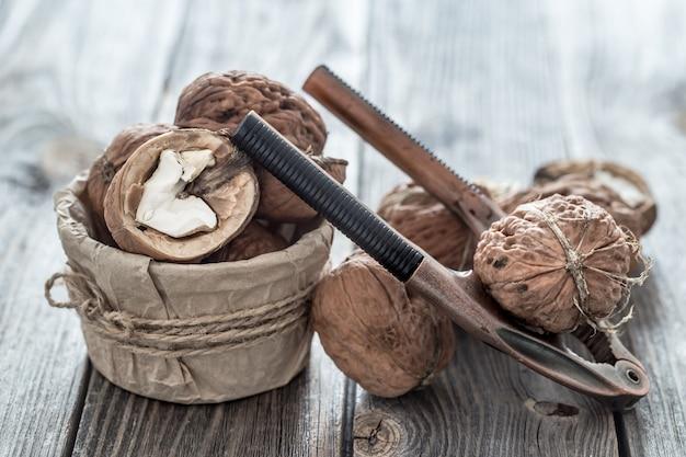 Noz orgânica encontra-se em uma parede de madeira, close-up.