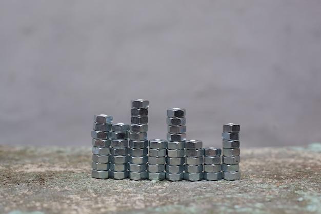 Nozes cinzentas organizadas por torres de diferentes alturas