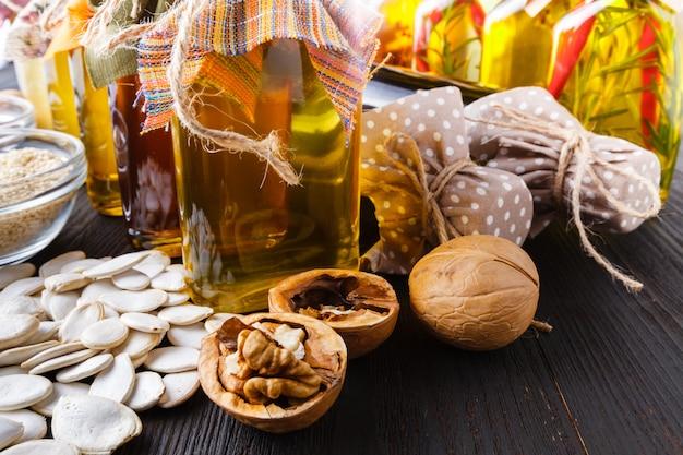 Nozes com casca, nozes sem casca e óleo de noz. é usado em nutrição dietética e saudável. a fonte de vitaminas e ácidos graxos poliinsaturados