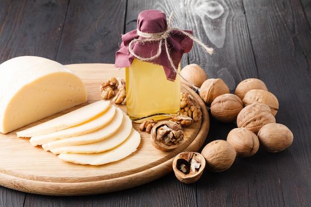 Nozes com casca, nozes sem casca e óleo de noz. é usado em nutrição dietética e saudável.
