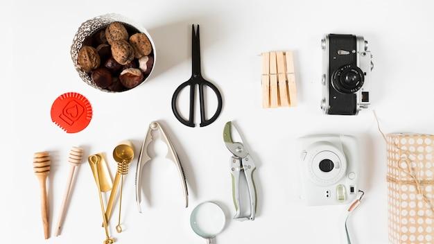 Nozes com utensílios de cozinha na mesa