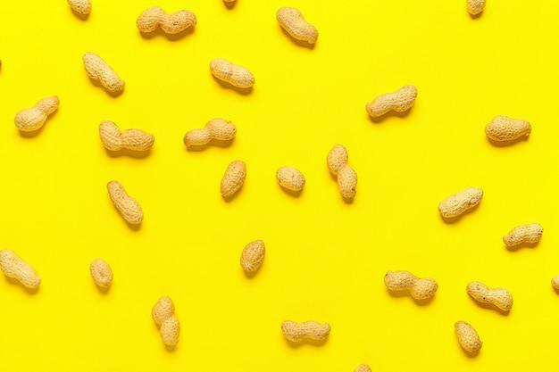 Nozes de amendoim saudáveis na superfície colorida