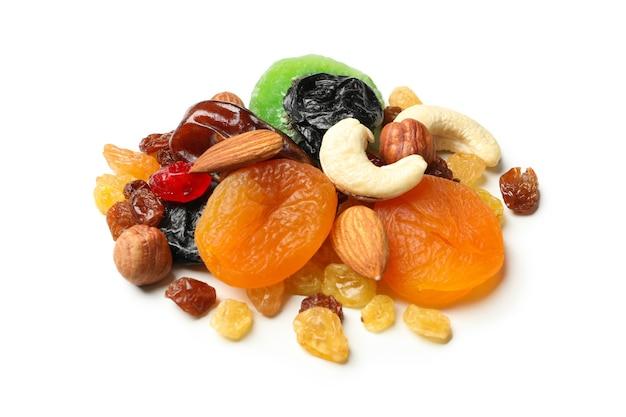 Nozes e frutas secas isoladas em branco
