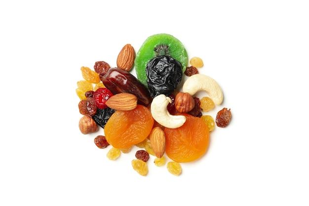 Nozes e frutas secas isoladas em fundo branco
