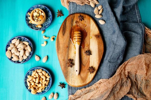 Nozes e mel em uma mesa rústica